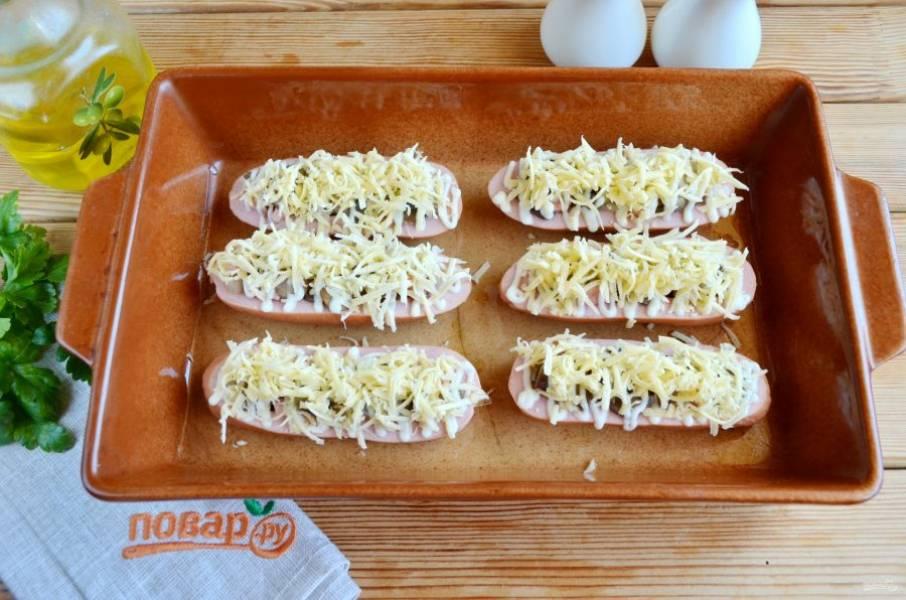 Посыпьте щедро тертым сыром и отправьте в горячую духовку на 15-20 минут, температура — 200 градусов.