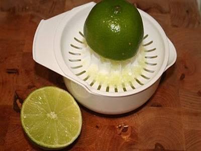 4. Выжать сок из половины лайма или лимона (можно использовать чуть больше сока, если хочется увеличить кислинку во вкусе закуски).