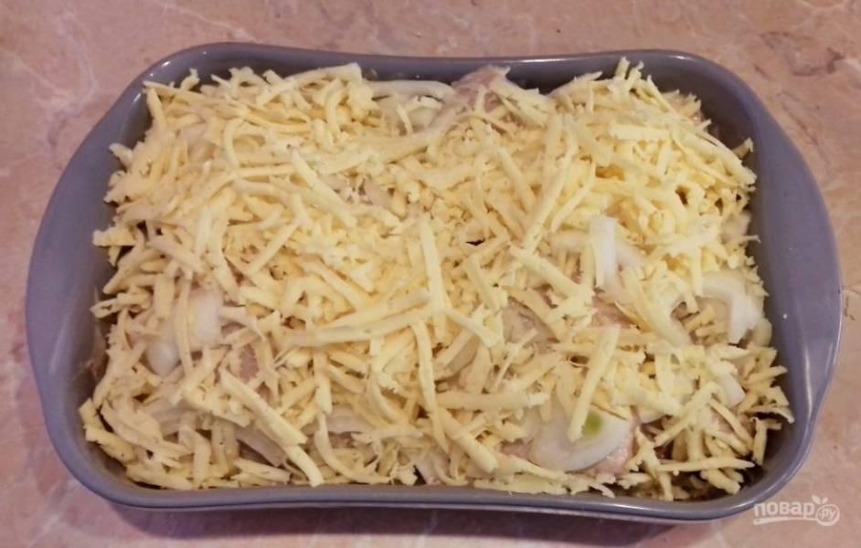 Обильно посыпьте тертым сыром и поставьте в духовку, разогретую до 180 градусов, на 80-90 минут.