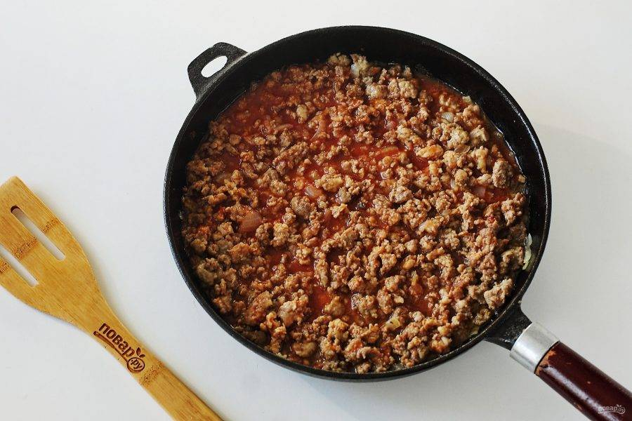 В самом конце влейте томатный сок и протушите все вместе еще пару минут. Начинка готова.