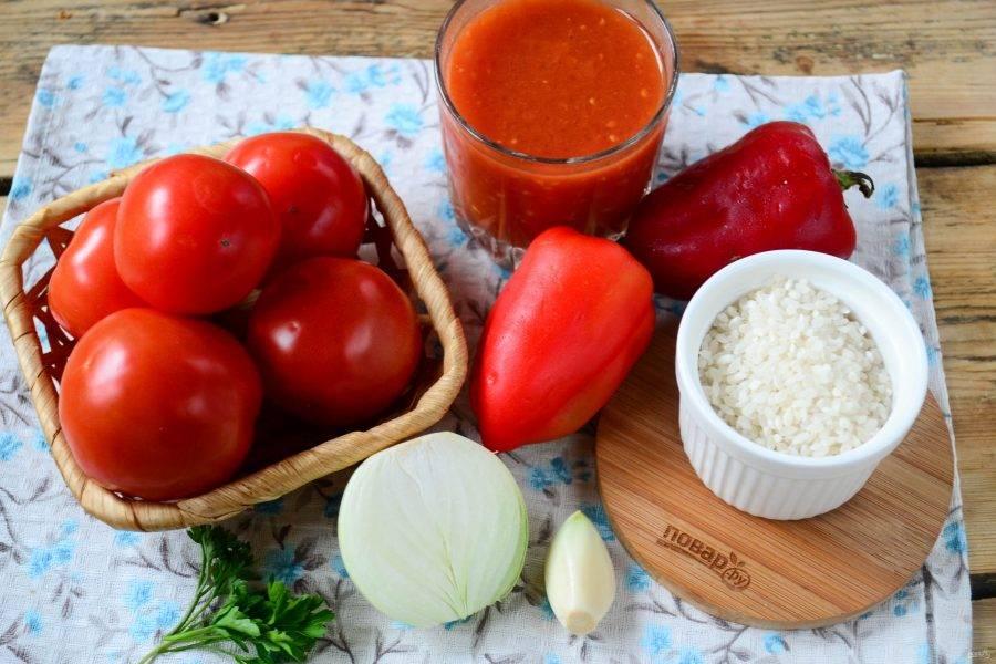 Подготовьте все необходимые ингредиенты. Помидоры промойте, сладкий перец очистите от семян, лук и чеснок очистите от шелухи. Рис отварите в подсоленной воде до готовности.