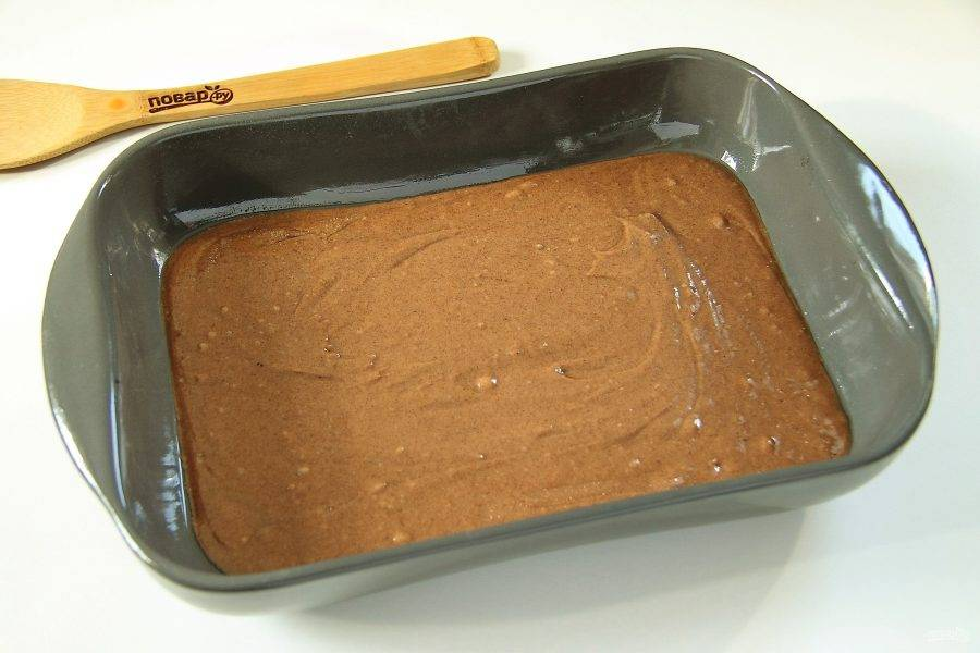 Шоколадное тесто переложите в смазанную маслом форму.