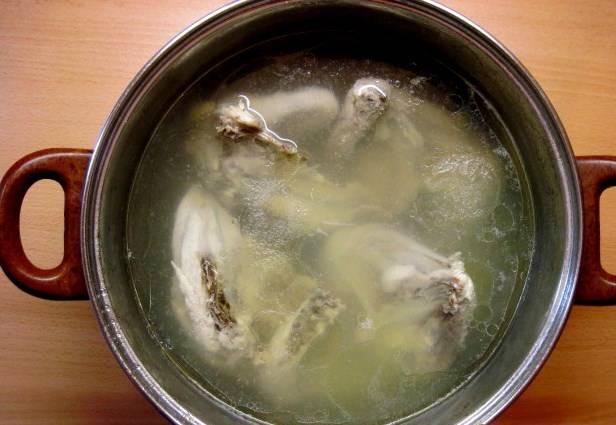 Курицу промойте, отправьте вариться. Можно добавить лук и лавровый лист.