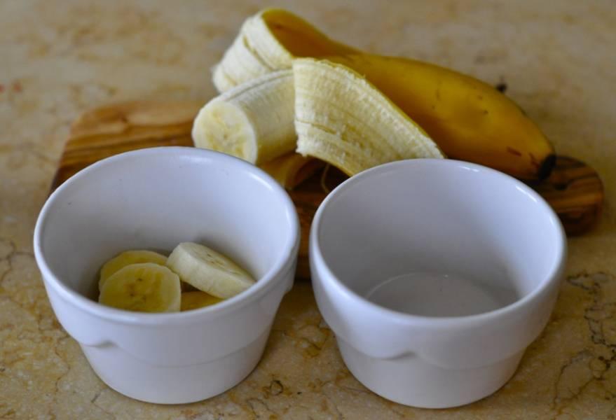 Формочки смажьте маслом и заполните на 1/3 фруктами.