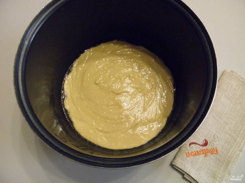 """В чашу мультиварки (предварительно смазанную кулинарным жиром или маслом) переложите тесто и разровняйте. Установите в мультиварку и включите режим """"выпечка"""" на 45 минут."""