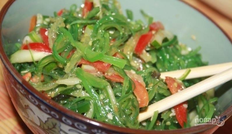 Заправьте салат кунжутным или ореховым соусом и перемешайте. Можно использовать и соевый соус. Приятного аппетита!