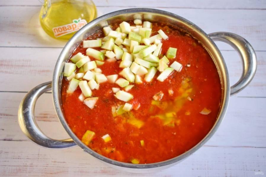Воду, томатную пасту, соль, сахар, растительное масло соедините в кастрюле, доведите до кипения. Добавьте нарезанные овощи, пропущенный через пресс чеснок, доведите до кипения, варите в течение 25 минут.