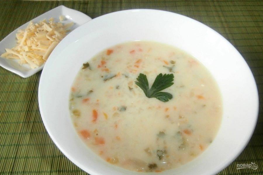 Оставьте суп настаиваться под крышкой. Подавайте блюдо с сыром. Приятного аппетита!