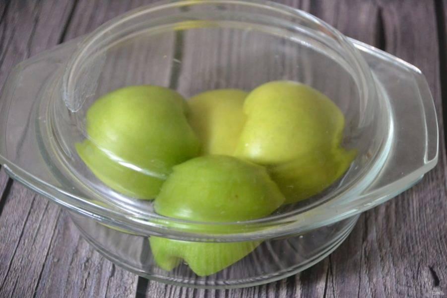 Можно запечь яблоки в духовке, а можно запечь их в СВЧ-печи, на это потребуется 5 минут, запекать под крышкой.