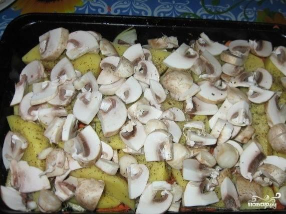 4.Сверху картофеля расположите порезанные грибы.