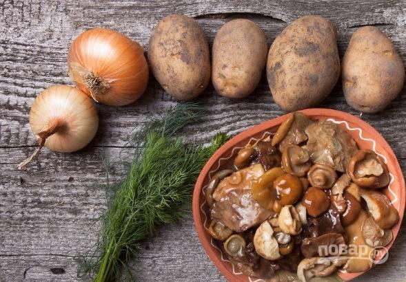 1. Вот такой скромный набор ингредиентов вам потребуется. Картофель вымойте, обсушите, нарежьте небольшими кусочками и поставьте варить до готовности в подсоленной воде.