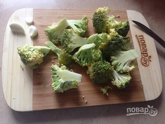 1. Брокколи разрезаем на соцветия, для соуса можно использовать и небольшую часть грубых стеблей.