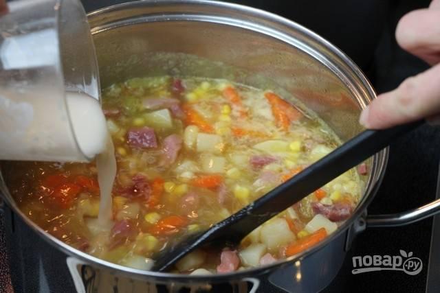 6.В стакане воды размешайте столовую ложку муки. Вылейте смесь в суп, она придаст ему густоту, варите еще 3 минуты. По вкусу посолите и поперчите блюдо.