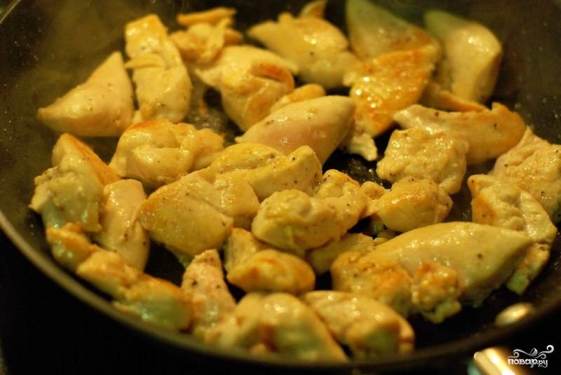 Нарезанные кубиком кусочки курицы солим, перчим и обжариваем в сковородке на сильном огне. Перемешиваем. Курочка должна приготовиться до конца и приобрести румяную корочку.