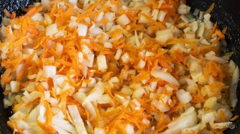 В ту же сковороду, где обжаривались крылышки, отправьте мелко нарезанный лук и натертую морковь.