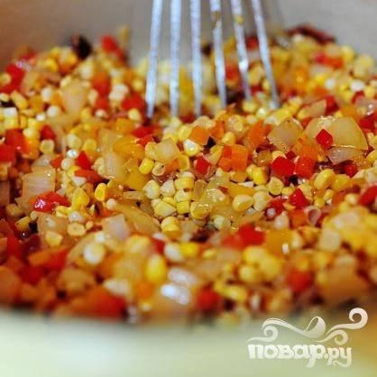 3. Добавить кукурузные зерна и жарить 1 минуту. Посыпать равномерно мукой сверху и перемешать.
