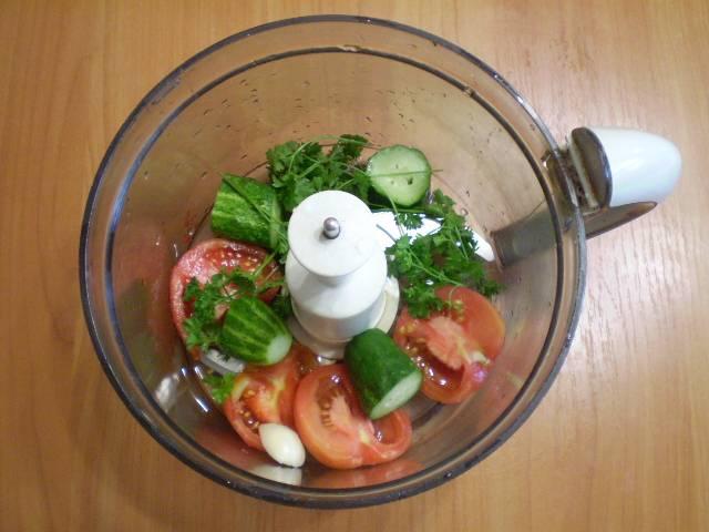 В блендер сложите помидор, огурец, зелень, налейте воду. Можно добавить пучок шпината или салата.