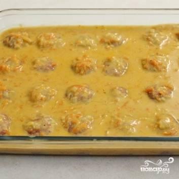 11. Накройте форму с ежиками в соусе фольгой и выпекайте в течение 40-50 минут в разогретой до 200 градусов духовке.