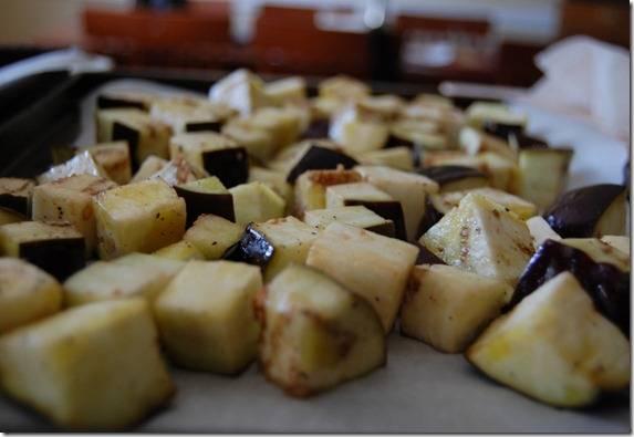 4. Баклажаны запекаются дольше, чем помидоры, поэтому мы используем два противня. Отправьте баклажаны в разогретую духовку на 15 минут, затем выберите, перемешайте и поставьте обратно.