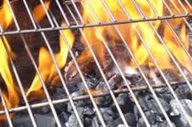 За 30 минут до окончания маринования свинины разогреваем угли. Для этого на дно барбекю или мангала выкладываем дрова и поджигаем их с помощью спичек. Когда дерево практически сгорит, аккуратно высыпаем к нему угли и хорошо все перемешиваем деревянной палочкой. Как только пламя полностью исчезнет, а угольки станут беловатыми, начинаем готовить мясо.