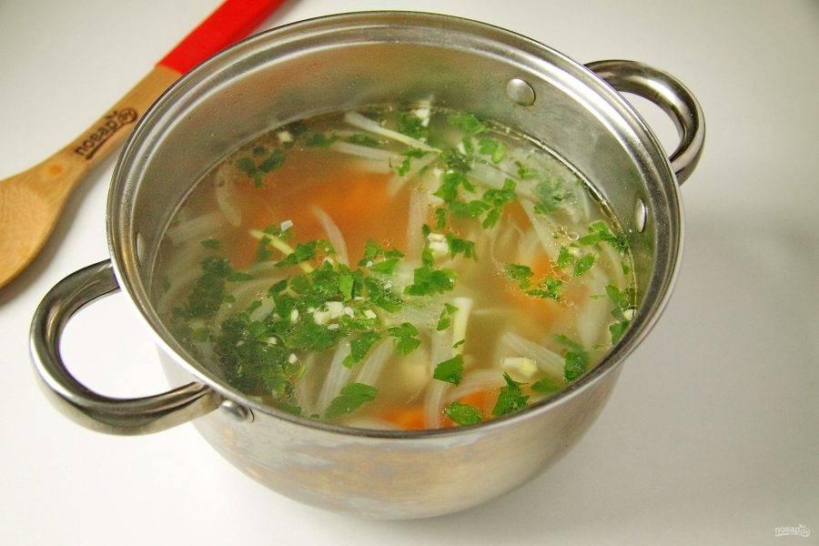 За 5 минут до готовности добавьте чеснок и зелень. Вот и все - ароматный суп татариахни готов. Дайте ему настояться 10 минут и подавайте к столу.