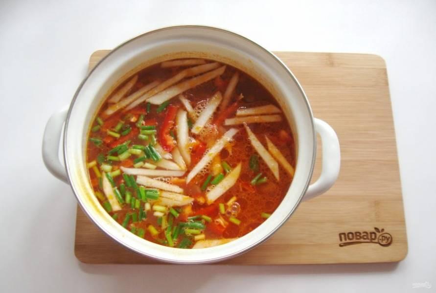 Добавьте овощи в кастрюлю, посолите и поперчите суп, добавьте приправы.