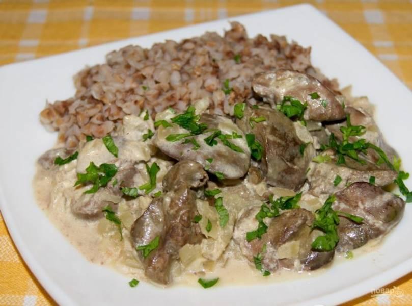 5. Подливка из куриной печени прекрасно сочетается с гречкой и любой другой кашей, макаронными изделиями или картофельным пюре. Приятного аппетита!