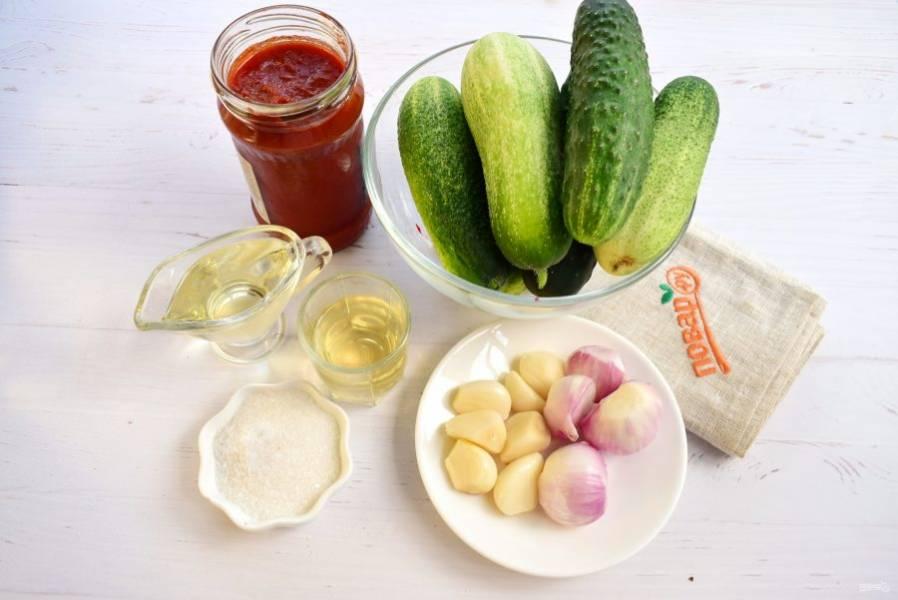 Овощи вымойте, лук и чеснок очистите.