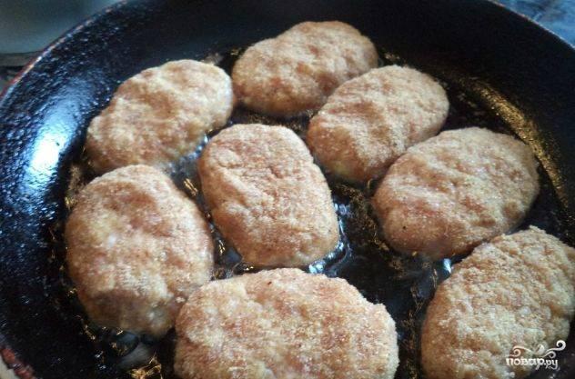 Обжариваем наши обожаемые и самые вкусные котлетки на раскаленной сковородке. Не жалейте масла, чтобы блюдо не подгорело! Не забудьте переворачивать котлеты, чтобы они равномерно прожарились!