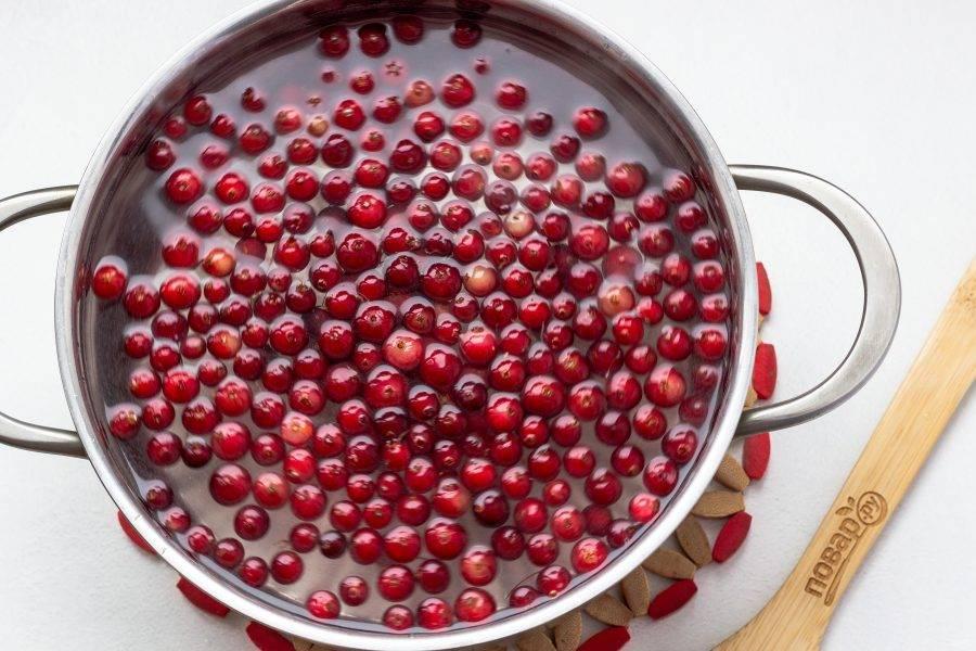 Затем добавьте клюкву. После закипания убавьте огонь и варите под крышкой 5 минут. Настоятельно рекомендую именно под крышкой, т.к. ягоды начинают лопаться и брызгать сок во все стороны.