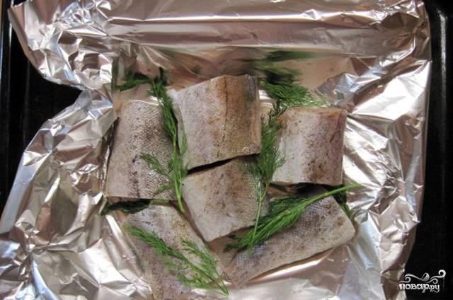 Противень застилаем фольгой. На нее выкладываем рыбу, веточки укропа (или мелко нарубленный), приправляем по вкусу, сбрызгиваем маслом, заворачиваем фольгу и отправляем в предварительно разогретую до 200 градусов духовку на 30 минут.