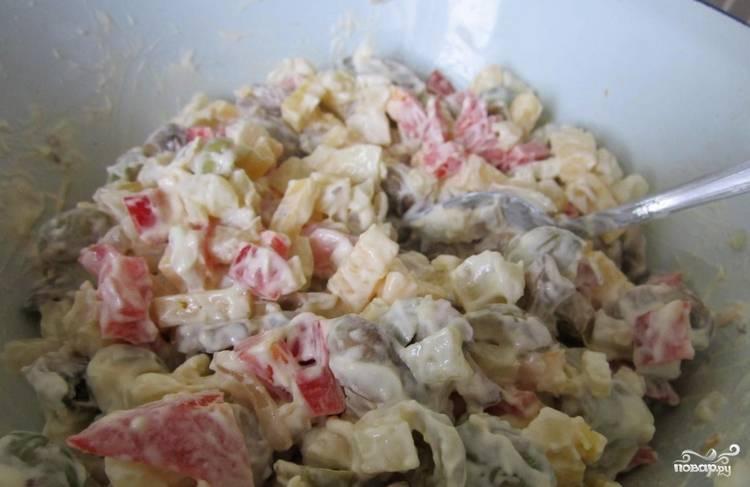 Смешиваем ингредиенты в салатнице. Солим по вкусу и заправляем майонезом. Перемешиваем и отправляем салат на несколько часов в холодильник.