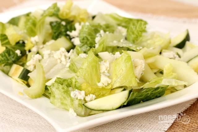 Соедините все нарезанные ингредиенты. Добавьте к ним голубой сыр.