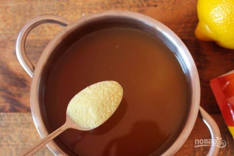 В полученный отвар выложите оба вида сахара, кристаллический и лимонный. Также выжмите в него сок одного лимона, который при желании можно заменить на лимонную кислоту. Вам понадобится около половины чайной ложки на один литр отвара. Снова поставьте кастрюльку на огонь и варите, пока сахар не растворится полностью.
