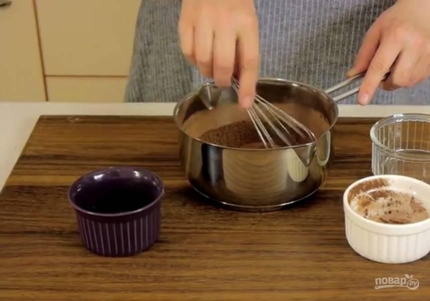 6. Для помадки смешайте сахар и какао-порошок. Добавьте молоко и поставьте на медленный огонь. Доведите смесь до кипения и проварите в течение 2 минут, постоянно помешивая.