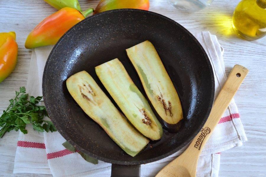 В сковороде разогрейте растительное масло, выложите баклажаны и обжарьте с двух сторон до румяности.