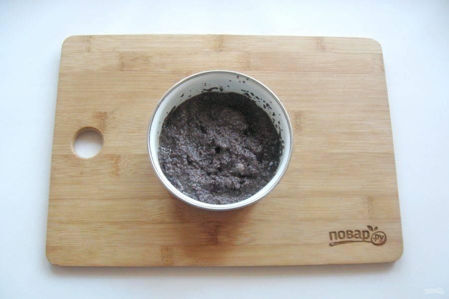 Приготовьте начинку. Мак выложите в миску, налейте 70 мл. воды, доведите до кипения и проварите 5 минут. После воду слейте и добавьте 2 столовые ложки сахара. Растолките мак с сахаром в ступке или с помощью блендера.