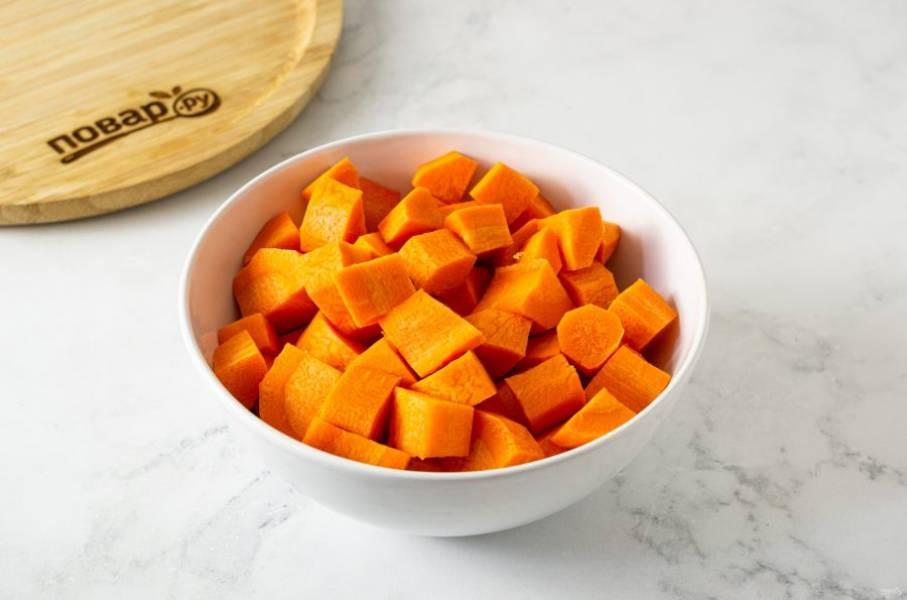 Морковь тщательно помойте, очистите от кожуры. Нарежьте на кусочки среднего размера.