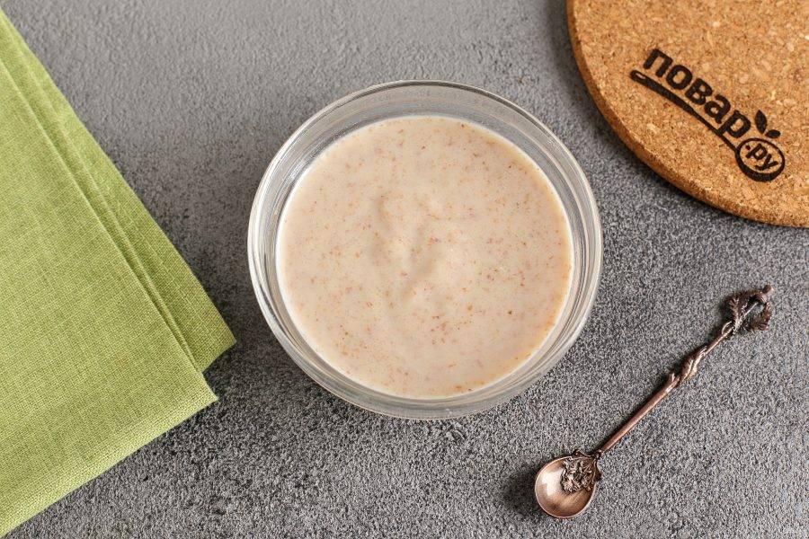Частями добавьте кипяченную воду или грудное молоко, добиваясь необходимой консистенции.