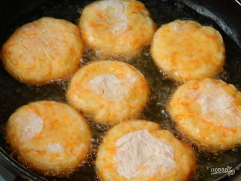 Обжарьте их в горячем масле с двух сторон.
