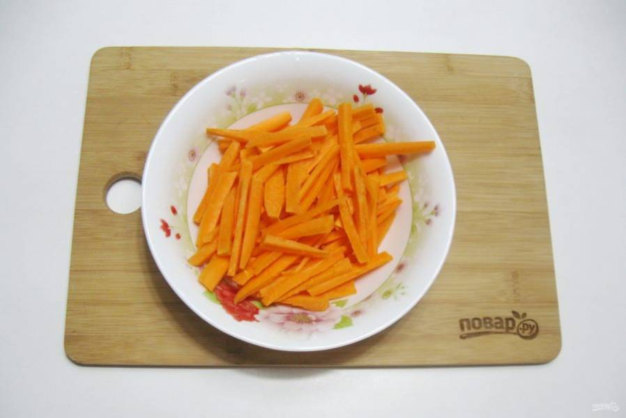 Морковь нарежьте соломкой.
