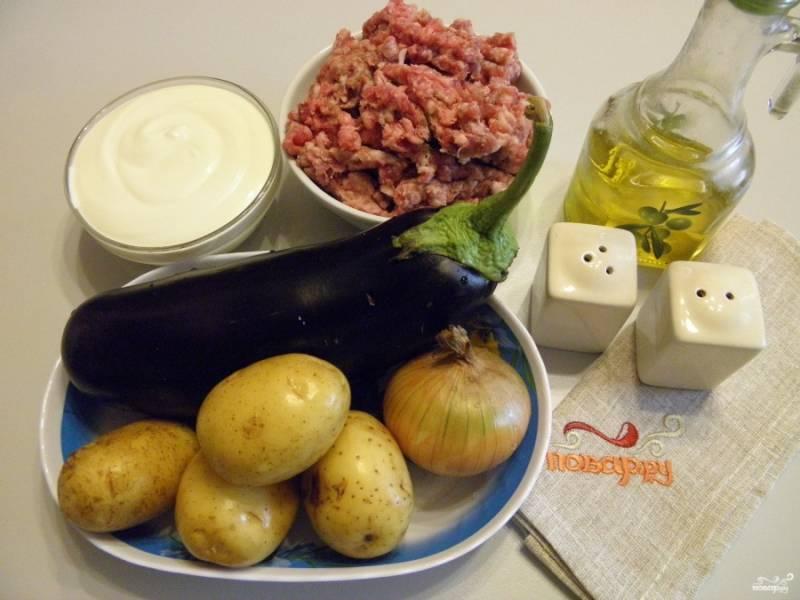 Приготовьте продукты для запеканки. Фарш выбирайте на свой вкус, я купила свино-говяжий. Баклажан вымойте, порежьте кружочками толщиной в 5 мм. Посолите и оставьте стекать соком.