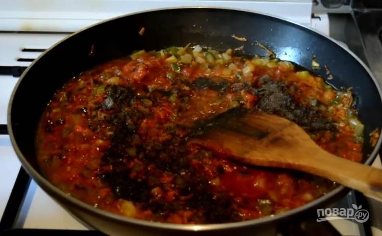 4.Затем добавьте томатную пасту и пару половников картофельного отвара. Отправьте сюда же приправы, лавровый лист и перец. Тушите еще 10 минут под закрытой крышкой, в конце приготовления добавьте нарезанные стрелки зеленого лука.
