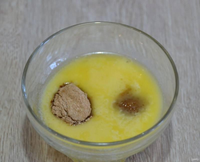 Подготовьте смесь для смазывания пирога перед выпечкой, для этого растопите сливочное масло, добавьте 1 ч.л. тростникового коричневого сахара, щепотку корицы, смешайте.