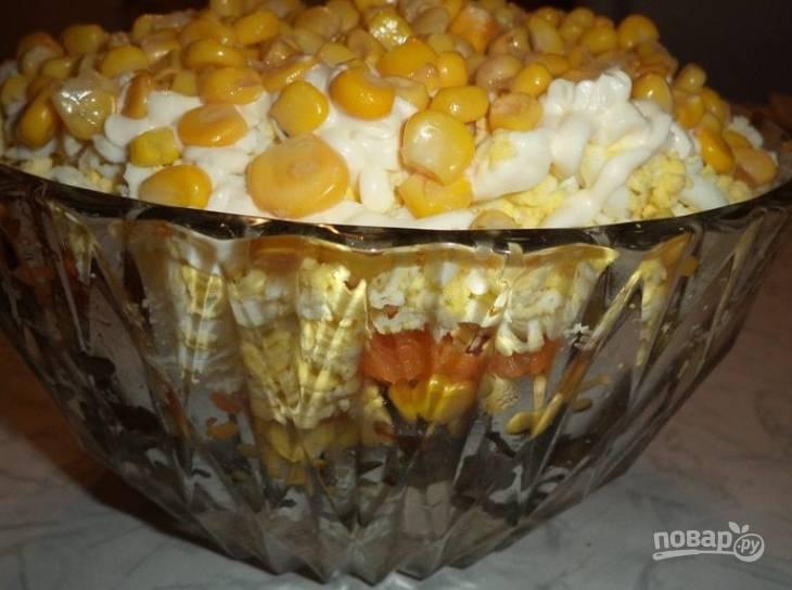5.Сложите салат: сперва — куриное мясо, затем — обжаренные грибы, 150 грамм кукурузы, чернослив, морковку, куриные яйца, оставшуюся кукурузу. Промажьте каждый слой майонезом.