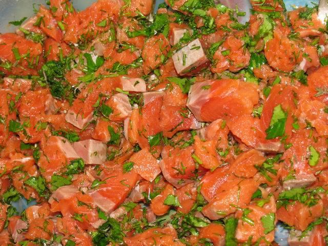 2. Вымыть и просушить зелень. Измельчить и добавить к рыбке. Посолить, поперчить по вкусу, аккуратно перемешать. Вот такая аппетитная начинка.