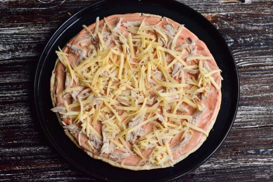Выложите сверху кусочки вареного мяса и натрите на крупной терке твердый сыр.