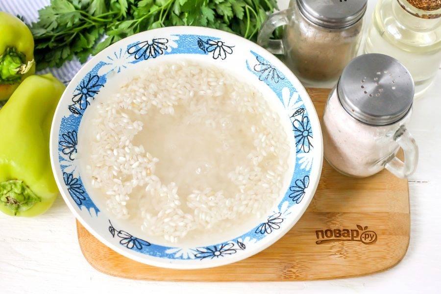 Рис промойте в воде несколько раз, пока жидкость не станет прозрачной.
