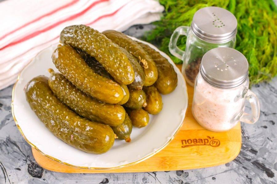 Спустя 4 дня малосольные огурцы будут полностью готовы, вынесите емкость на холод, чтобы остановить процесс брожения. Огурцы подавайте к столу с картофельным пюре и аппетитной мясной котлетой.