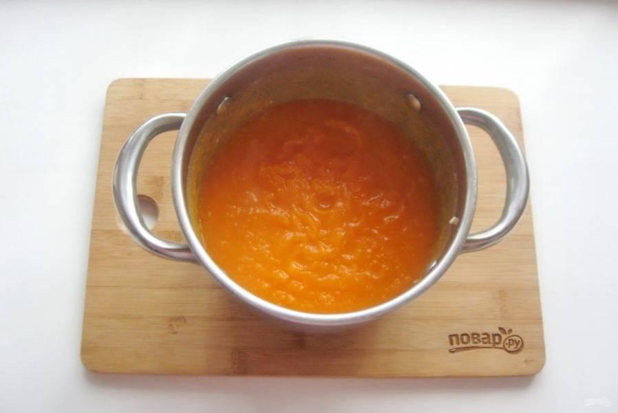 Взбейте овощи в бульоне блендером до консистенции пюре.
